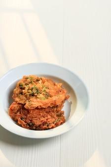 L'omelette minang ou telur dadar padang est une omelette croustillante typique de warung nasi padang. habituellement fait avec ajouter de la farine. espace de copie