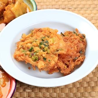 L'omelette minang ou telur dadar padang est une omelette croustillante typique de warung nasi padang. habituellement fait avec ajouter de la farine