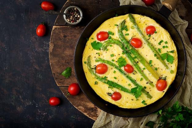Omelette (omelette) aux tomates, asperges et oignons verts