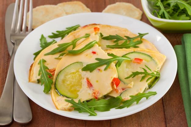 Omelette sur la plaque blanche