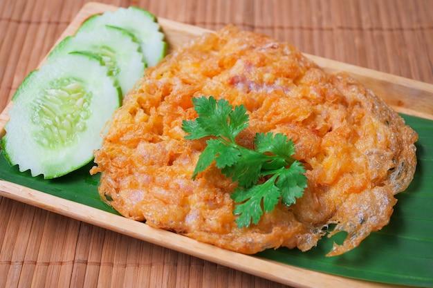 Omelette de porc marinée sur une assiette