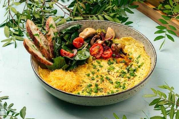 Omelette rustique aux légumes et fromage