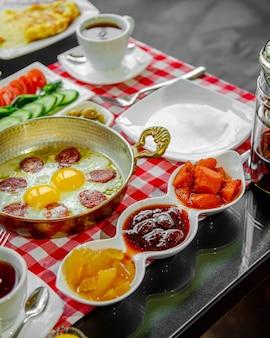 Omelette saucisse servie avec de la confiture