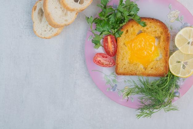 Omelette avec des tranches de pain blanc sur un sac.