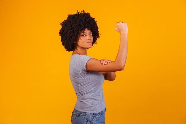 On peut le faire. le poing féminin du pouvoir féminin.