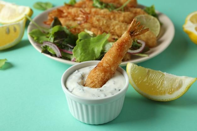 à â¡oncept de nourriture savoureuse avec des crevettes frites sur fond de menthe