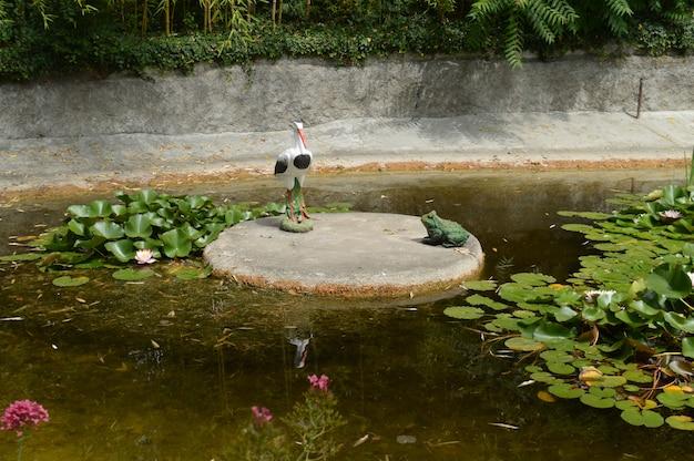 Ond envahi par les nénuphars avec des figures de tortues et d'oiseaux.
