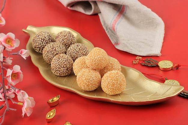 Onde-onde ou boule de graines de sésame de riz gluant, servi sur une assiette de bali de style traditionnel indonésien. fermer. snack indonésien populaire avec influence chinoise. casquette go meh style