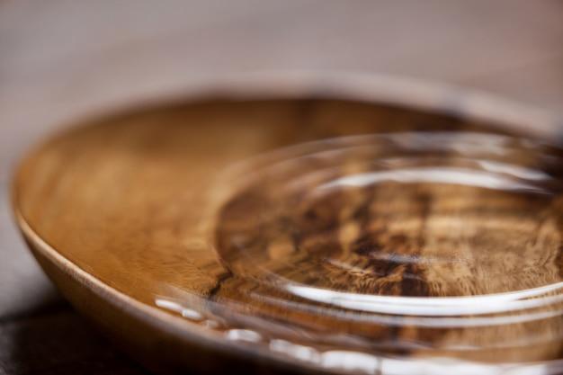 Ondulations de l'eau dans un bol en bois