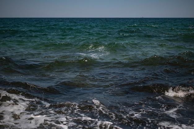 Ondulations sur l'eau de mer. contexte. fond d'écran