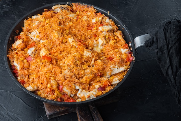 One pot chicken enchilada, casserole de riz, sur fond noir