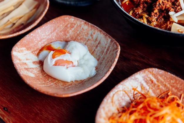 Onsen oeuf sur plaque en céramique. pour manger avec des ramen.