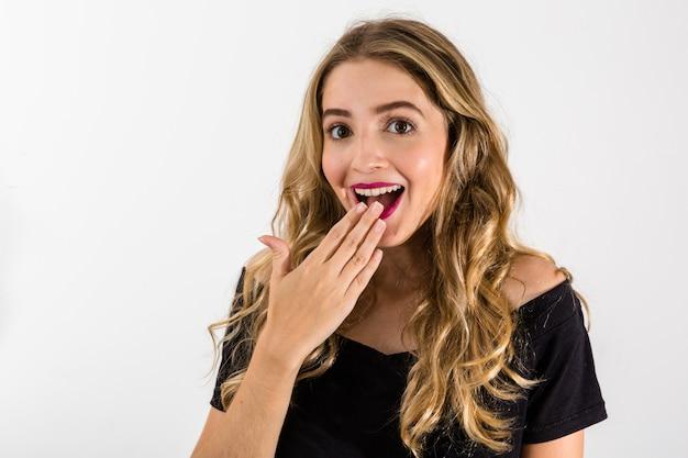 Oops! close up portrait de fille blonde sexy, belle, impressionnée, étonnée, tenant sa main près de la bouche