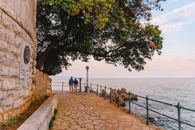 Opatija, croatie - 4 juin 2019 : senior couple walking by city quay copy space
