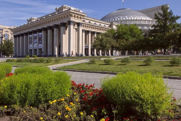 L'opéra de novossibirsk à l'automne