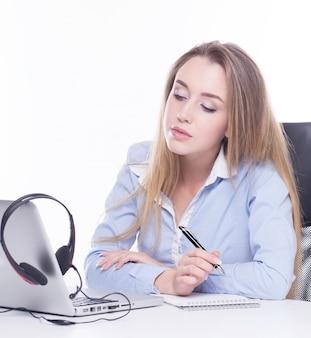 Opérateur d'appel regardant des informations sur l'ordinateur portable