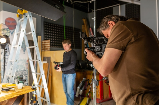 Opérateur de caméra travaillant avec une caméra de cinéma