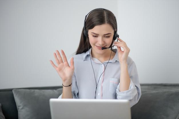 Un opérateur de canter d'appel travaillant à domicile et ayant un appel vidéo