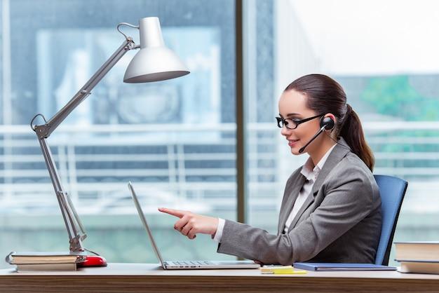 Opérateur de centre d'appel au concept d'entreprise