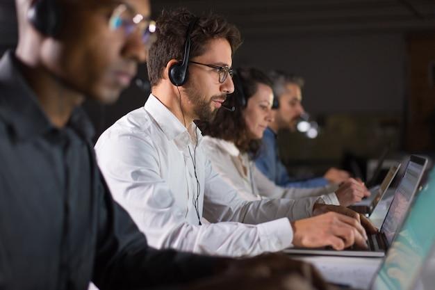 Opérateur de centre d'appels confiant parler avec le client