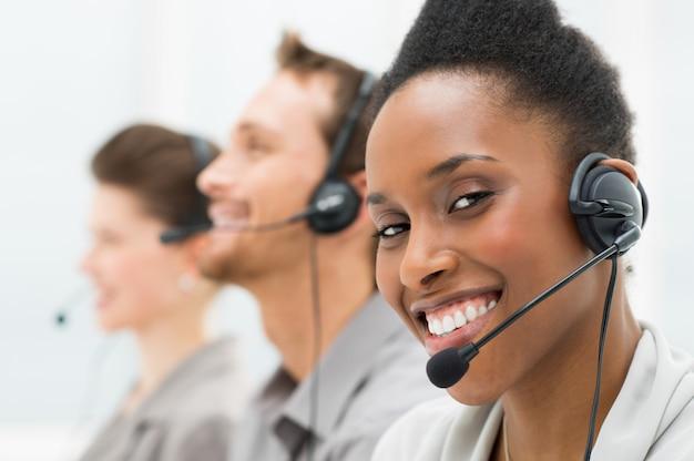 Opérateur de centre d'appels heureux