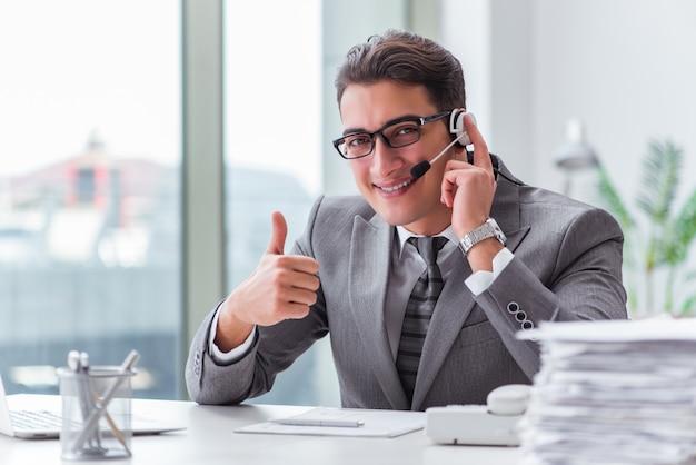 Opérateur de centre d'appels parlant au téléphone
