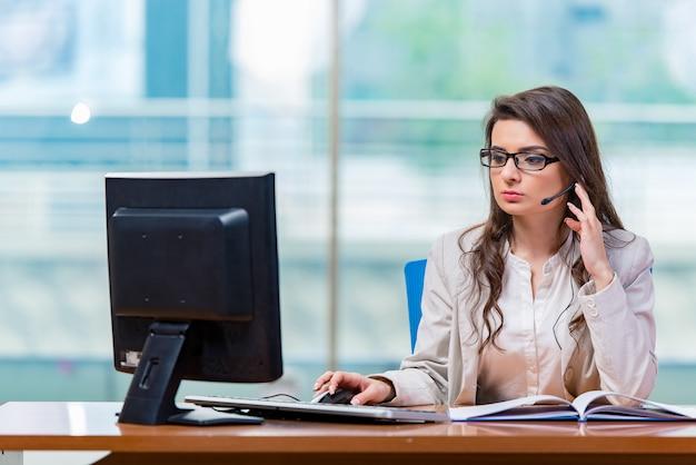 Opérateur de centre d'appels travaillant au bureau