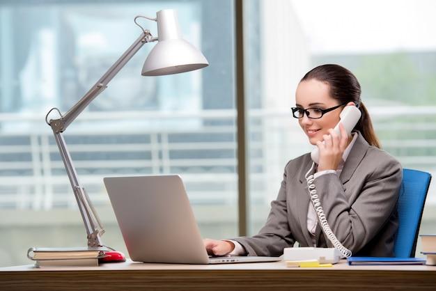Opérateur de centre d'appels travaillant à son bureau