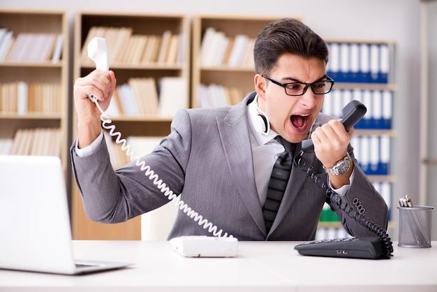 Opérateur de centre d'assistance en colère criant au bureau