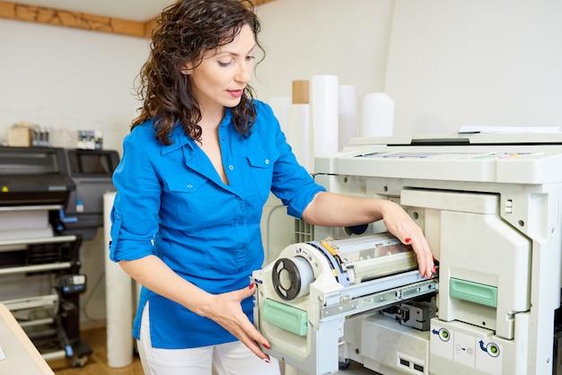Opérateur changeant de papier dans la machine mf