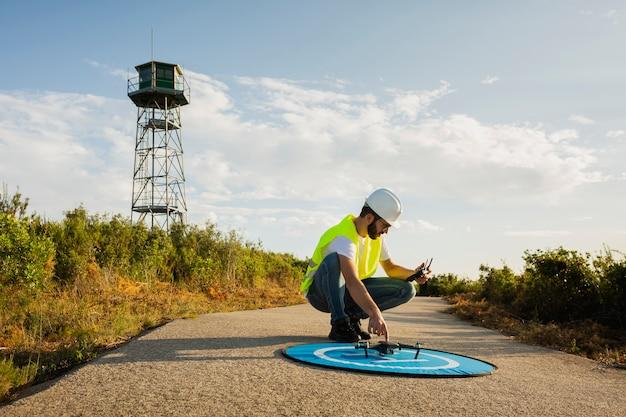 Opérateur de drone lancement d'un drone dans un environnement de campagne