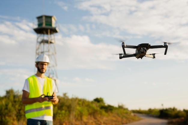 Opérateur de drone pilotant un drone en milieu rural
