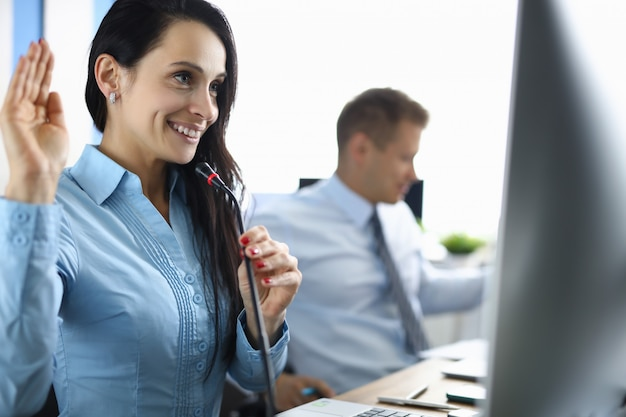 L'opérateur du centre d'appels accueille l'interlocuteur pour un appel en ligne.