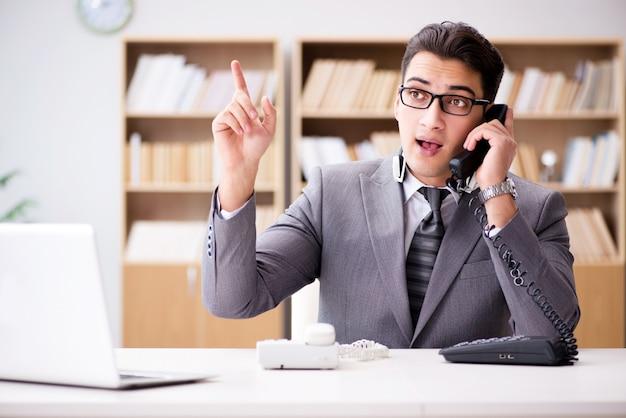Un opérateur du service d'assistance parle au téléphone au bureau