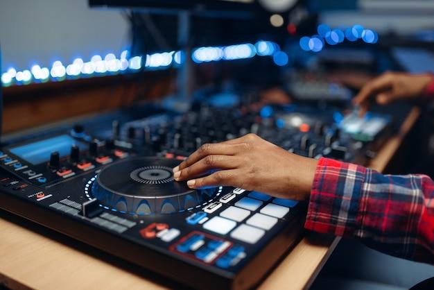 Opérateur du son féminin en studio d'enregistrement audio