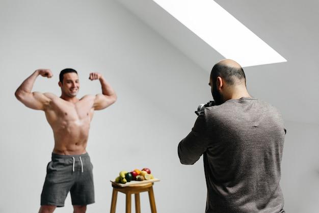 L'opérateur écrit un blog avec l'athlète sur le thème de l'entraînement et d'un mode de vie sain. blogger. cinéma.