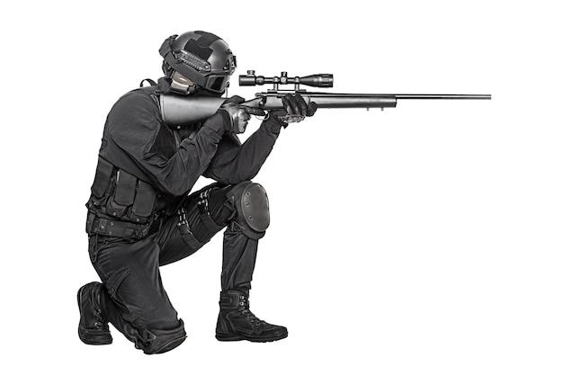 Opérateur avec un fusil de sniper visant l'ennemi