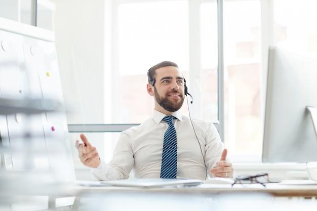 Opérateur de hotline répondant à un appel entrant
