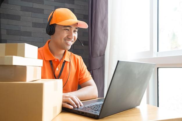 Opérateur en ligne de centre d'appel de livraison