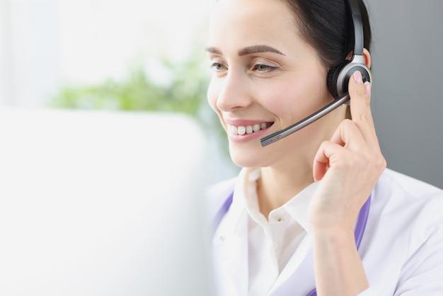 L'opérateur de médecin souriant sur le lieu de travail fournit une assistance médicale à distance