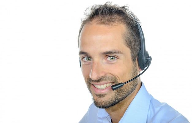 Opérateur de service client beau portant un casque