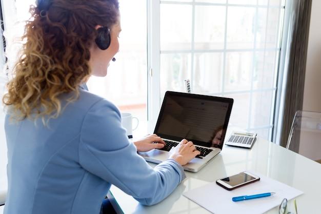 Opérateur de service client parlant au téléphone dans le bureau.