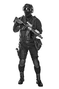 Opérateur de swat avec fusil