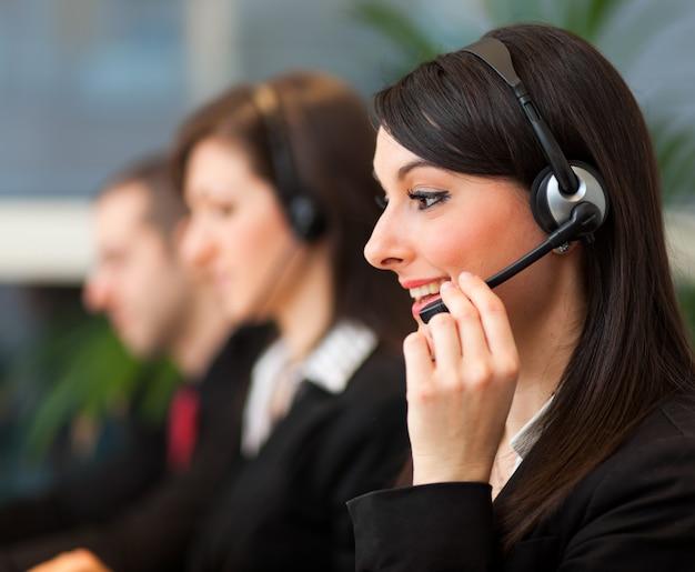 Opérateurs de centre d'appels réunis dans un bureau éclairé