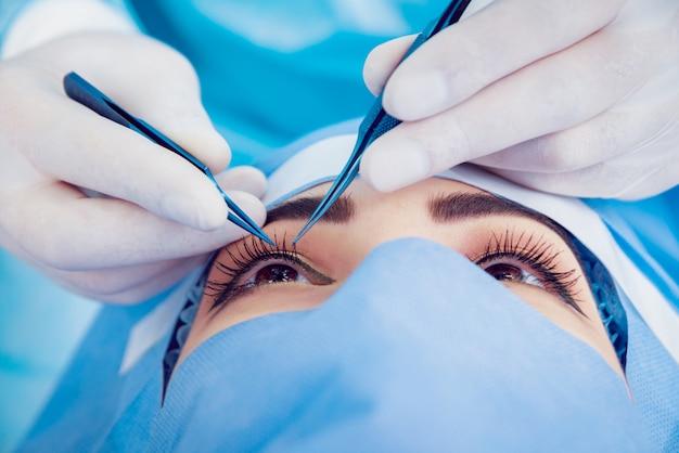 L'opération sur l'oeil. opération de la cataracte.