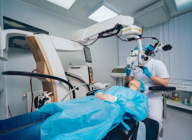 Opération de l'œil. un patient et un chirurgien dans la salle d'opération lors d'une chirurgie ophtalmique. correction de la vision