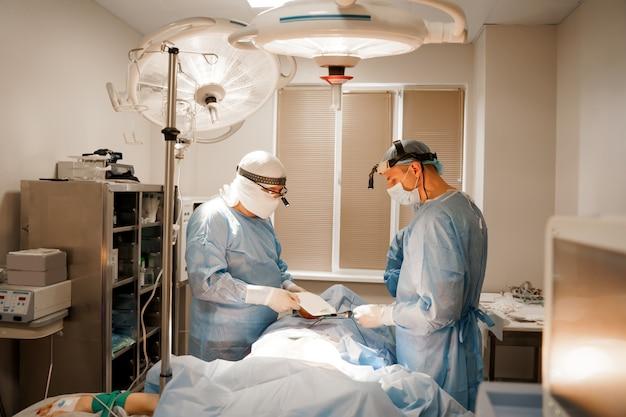 Opération plastique d'augmentation thoracique et correction dans une clinique médicale
