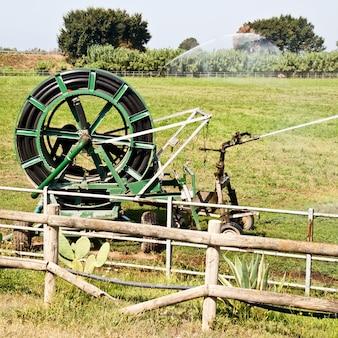 Opérations d'irrigation dans le pays italien pendant une journée ensoleillée