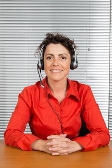 Opératrice du service client, assistance technique, chemise rouge.