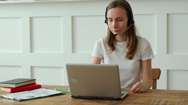 Opératrice travaillant avec un casque et un ordinateur portable dans le centre d'appels